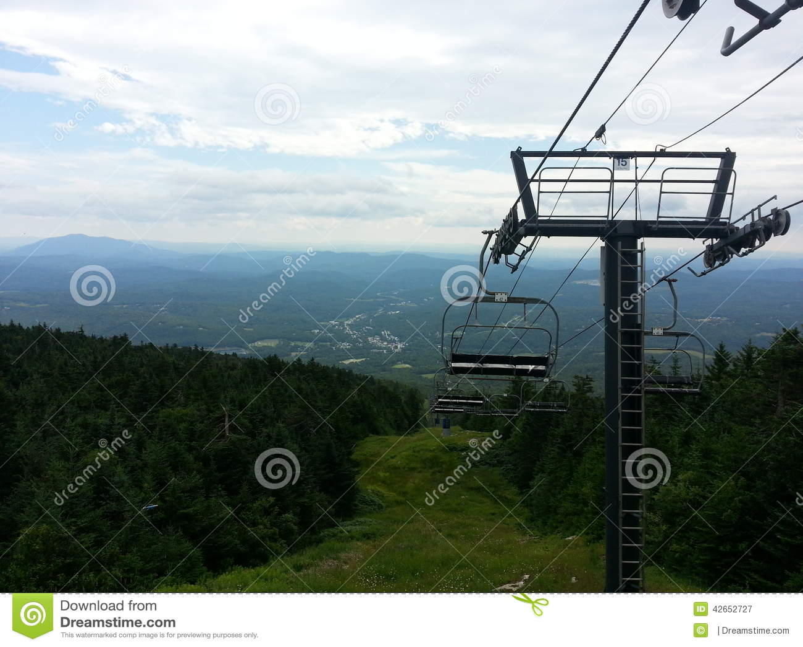 Bovenkant van een skilift in de zomer