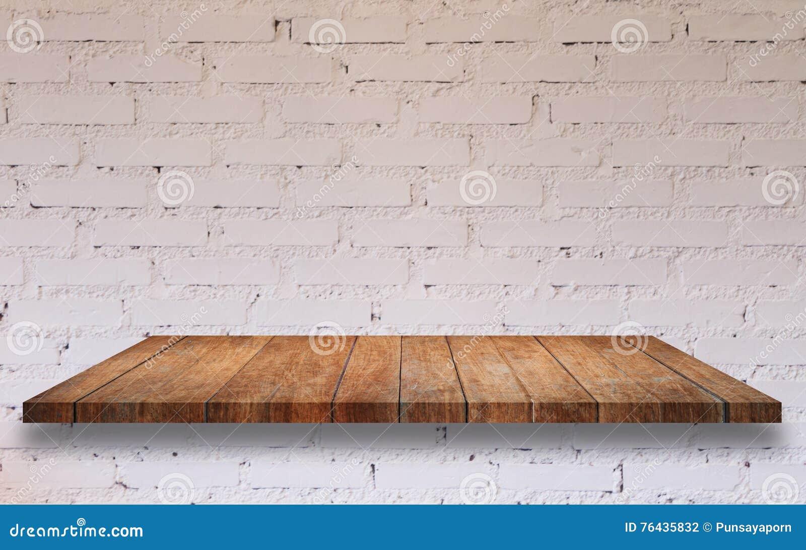 Houten Plank Voor Aan Muur.Bovenkant Van Houten Plank Met Witte Bakstenen Muur Stock Foto