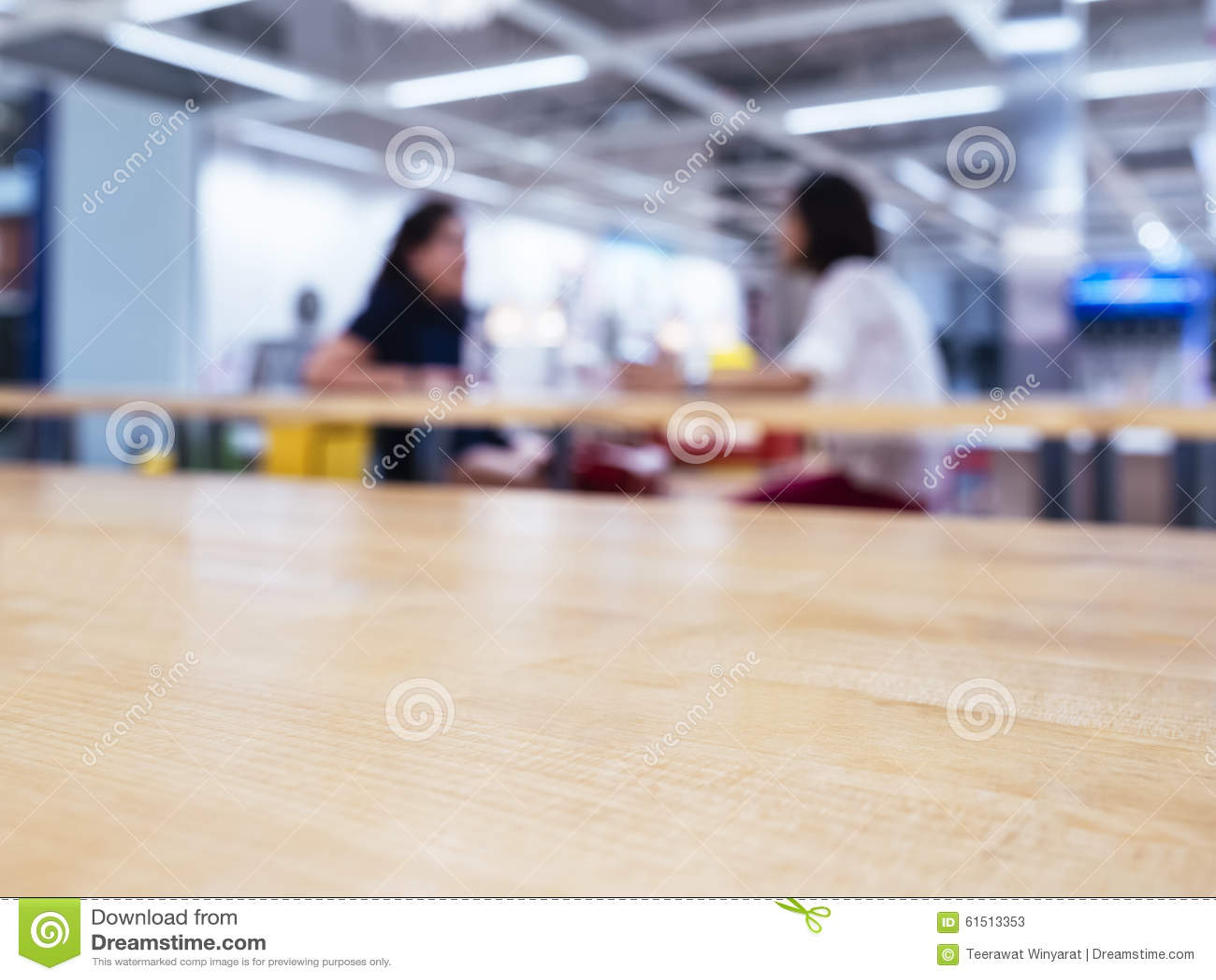 Bovenkant van lijst met vage vrouw op de achtergrond van de bureaucafetaria