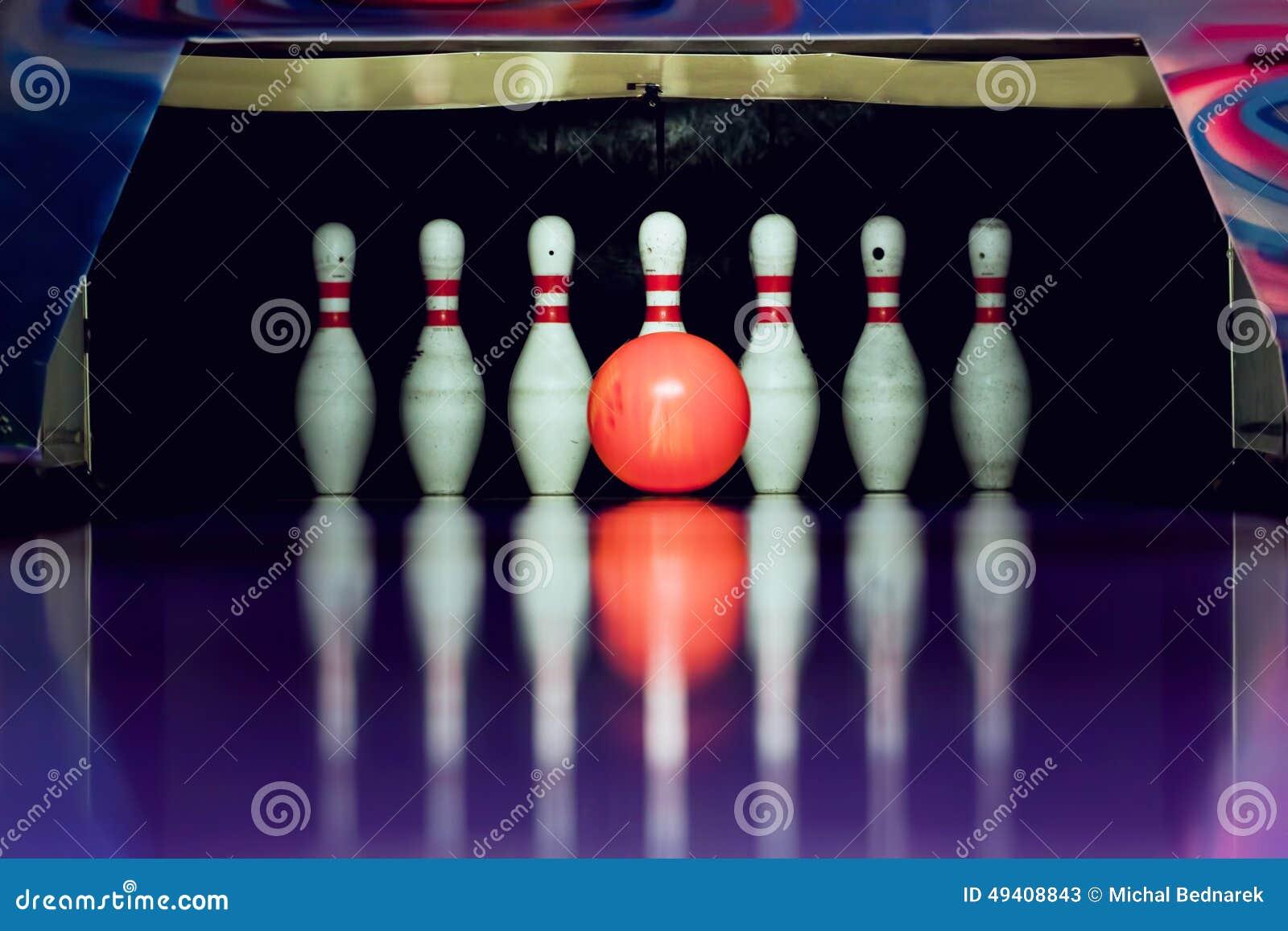 Download Bowlingspiel Ball Wird Kegel Schlagen Stockbild - Bild von niemand, spiel: 49408843