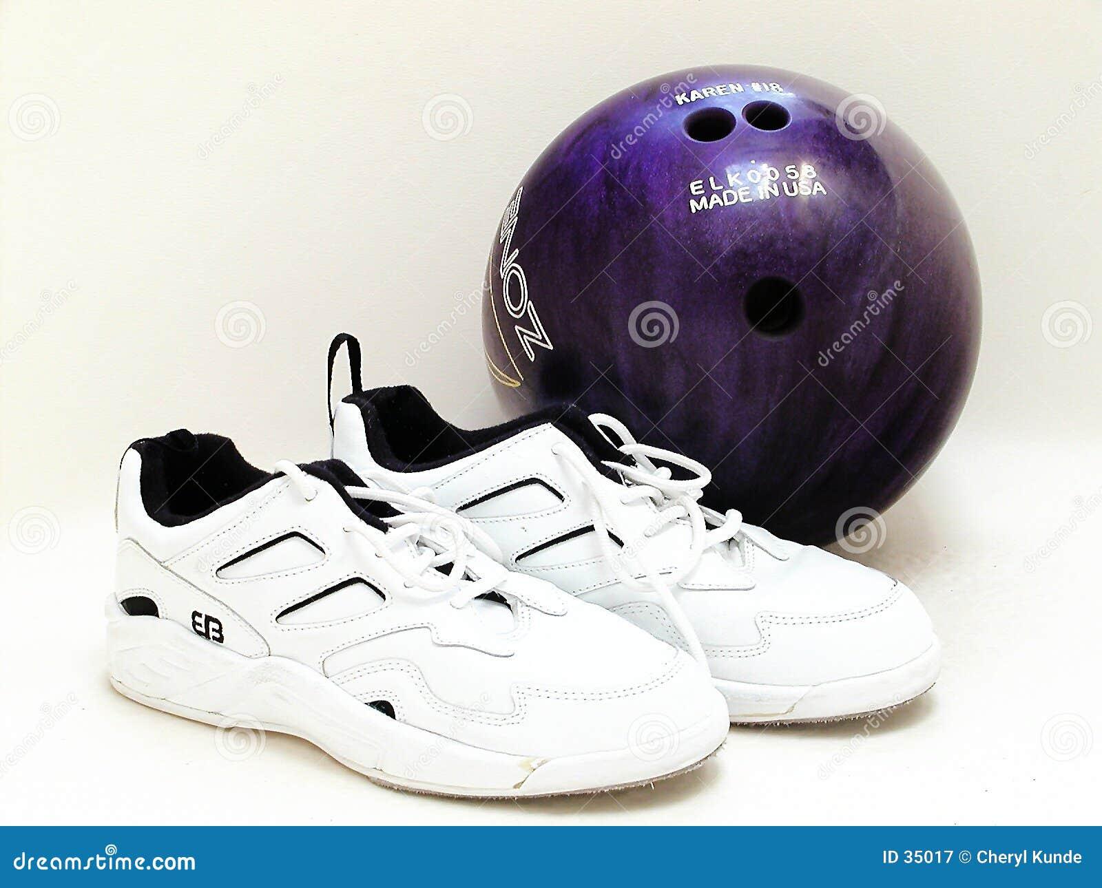 Bowlingspiel-Kugel und Schuhe