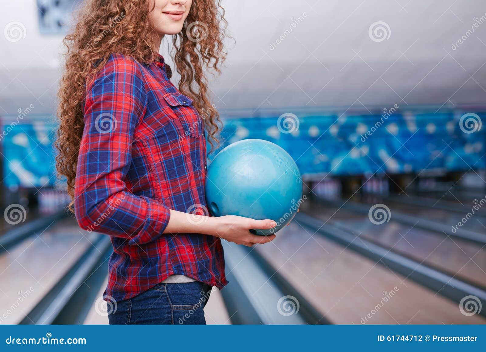 bowlingspielspieler mit ball stockfoto bild von sport liebhaberei 61744712. Black Bedroom Furniture Sets. Home Design Ideas