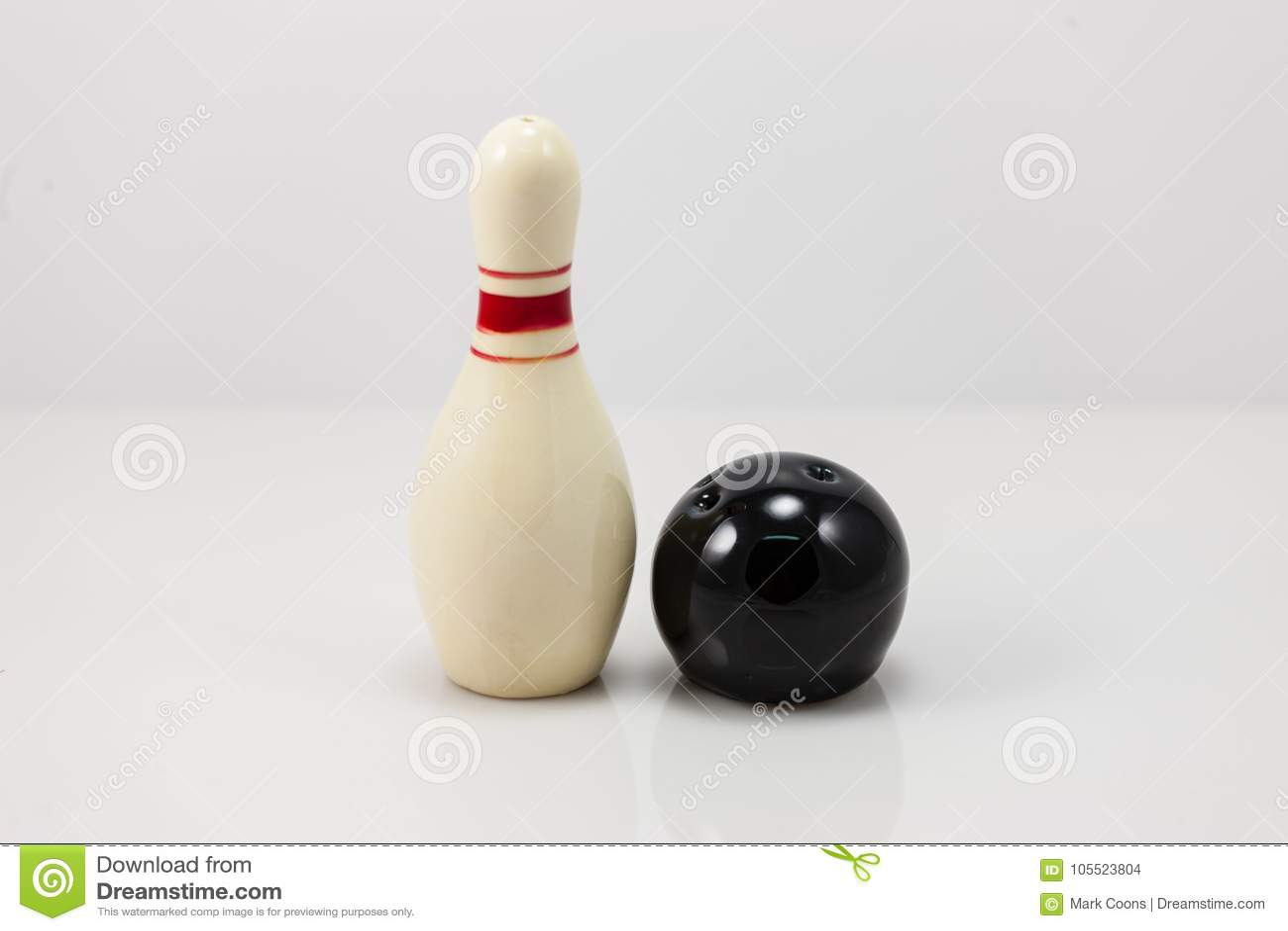 Bowlingstift och salt och pepparshaker för boll