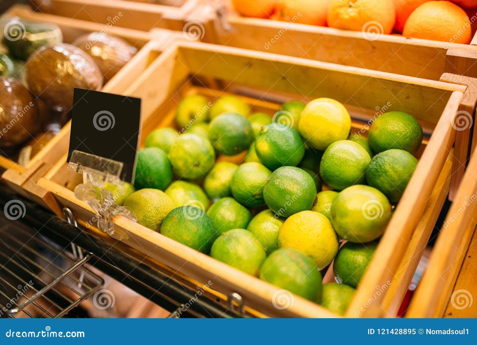 Boxas med frukter på ställning i matlagret, inget