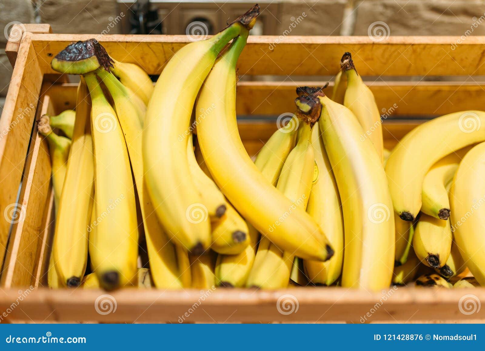 Boxas med mogna bananer i matlagret, inget