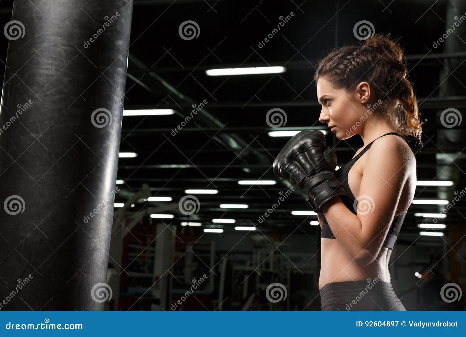Boxeador fuerte joven concentrado de la señora de los deportes