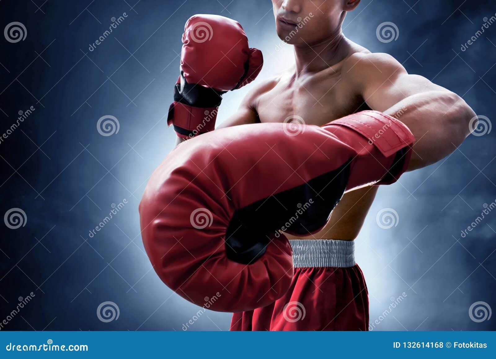 Boxeador muscular fuerte en fondo del humo