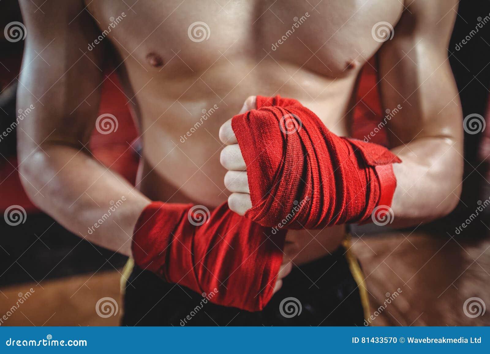 Boxeador que envuelve la correa del boxeo