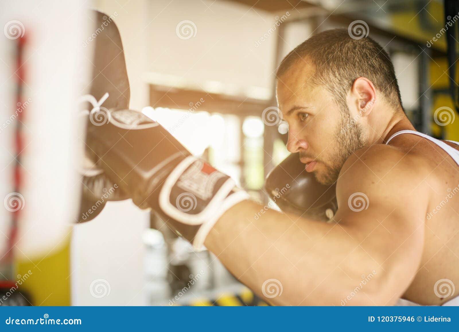 Boxeador que golpea el guante de su compañero de entrenamiento