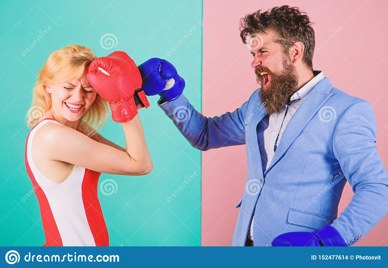 Boxeadores de sexo femenino y de sexo masculino que luchan en guantes Concepto de la dominaci?n Batalla del g?nero Las derechas d