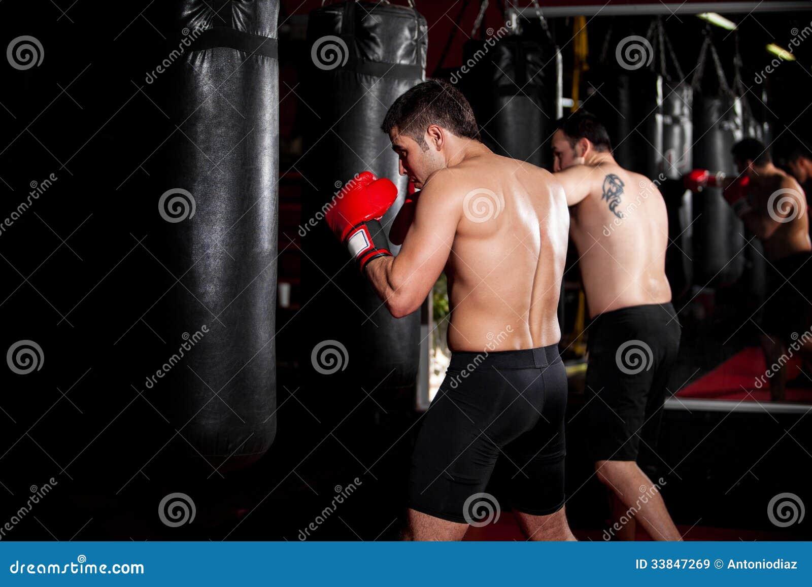 Boxeadores de sexo masculino que entrenan en un gimnasio