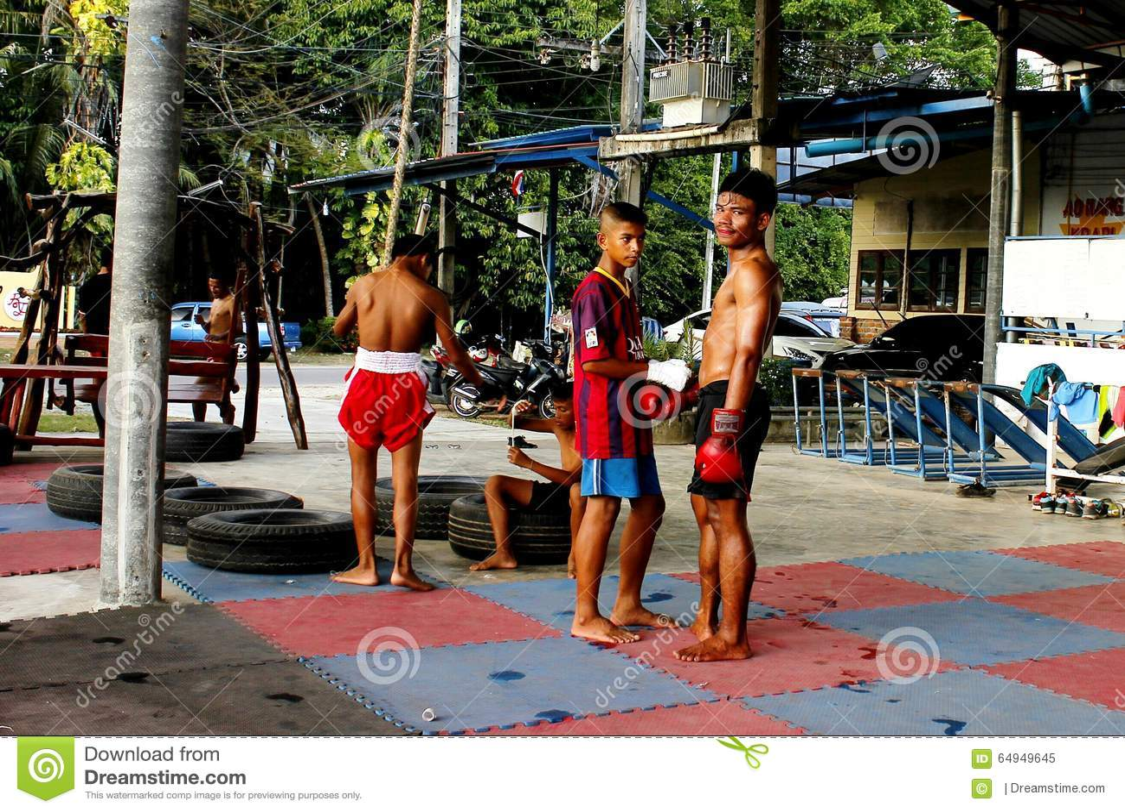 Boxeadores jovenes de Mao Thai en la clase de entrenamiento