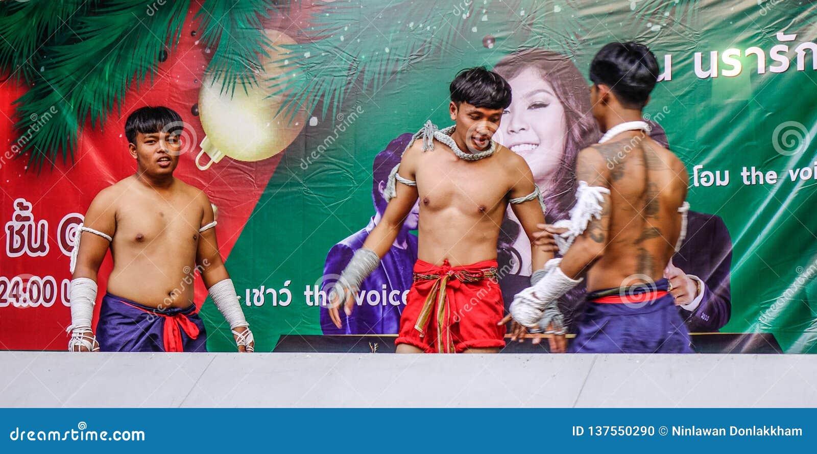 Boxeadores tailandeses que hacen ejercicio en la etapa