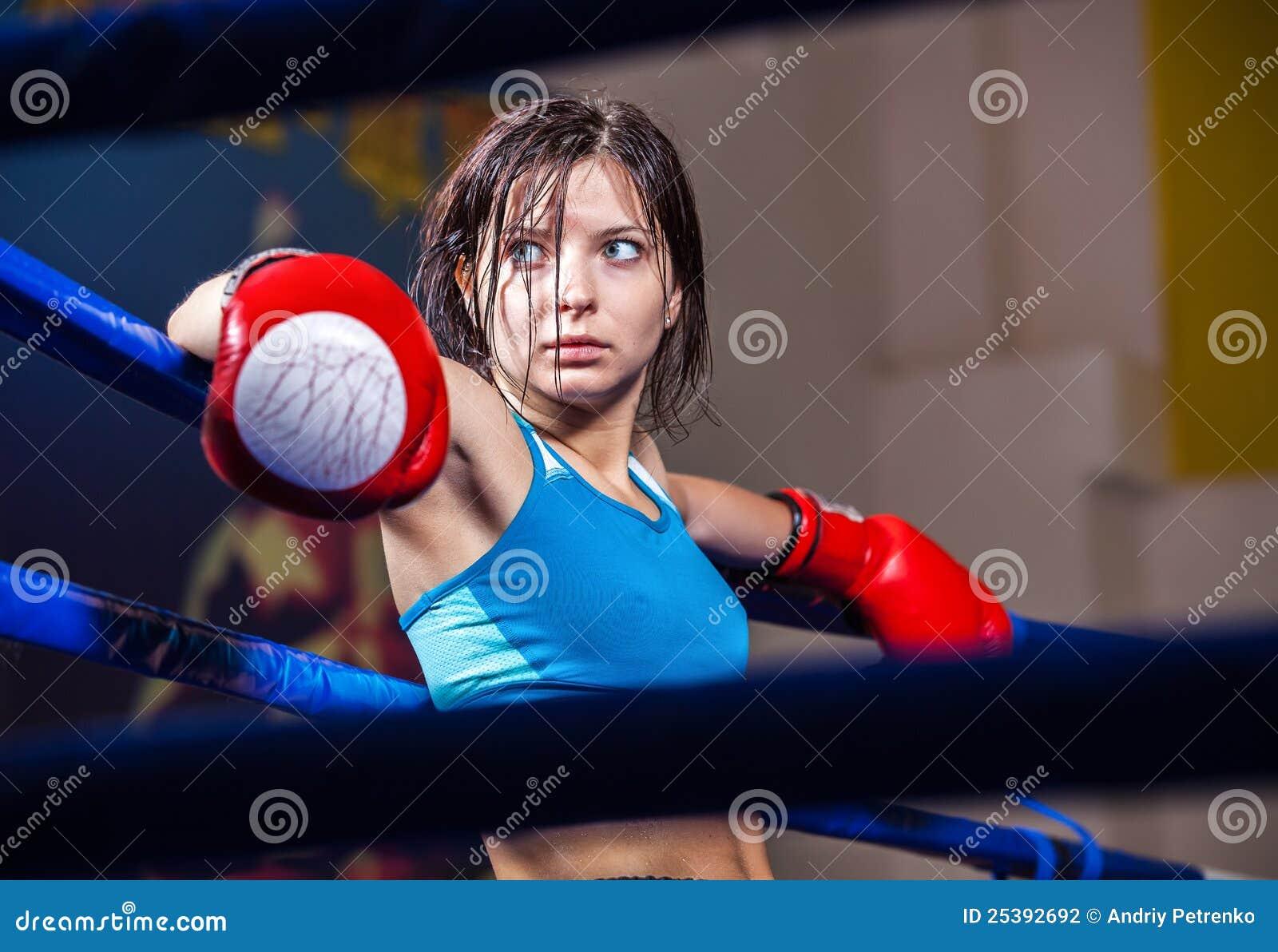 Boxeur de fille en boucle de boxe