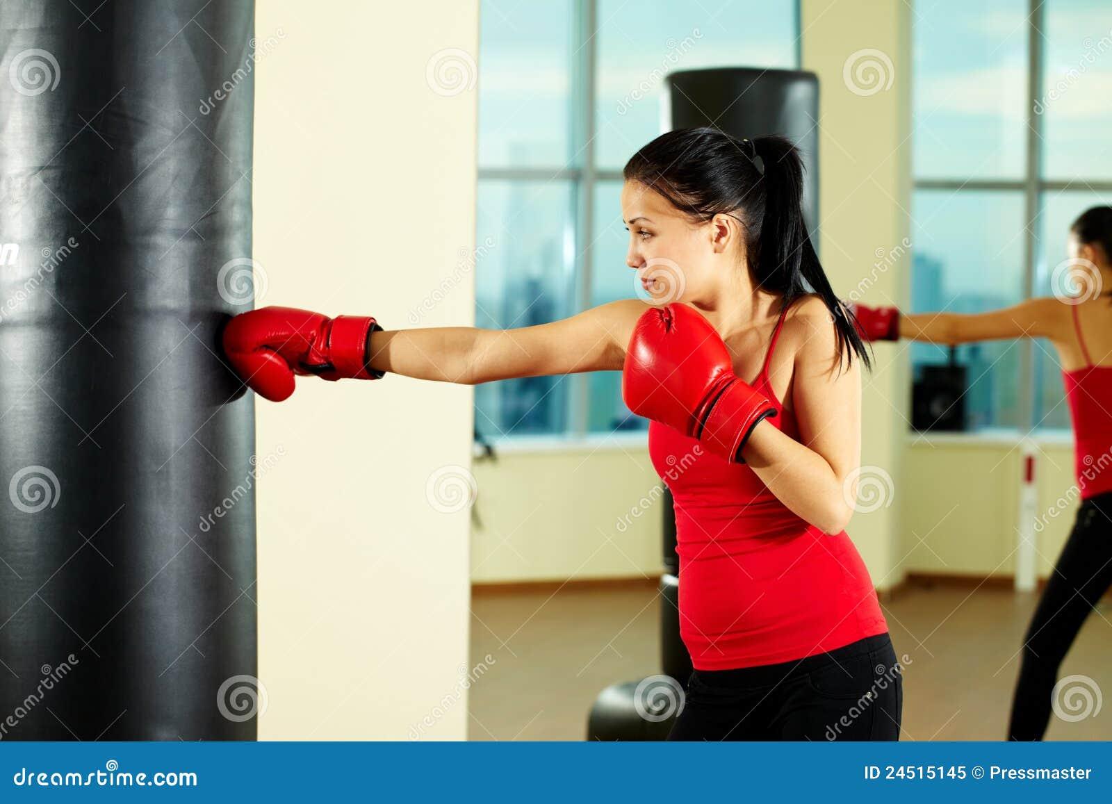 Фото брюнеток в боксерских перчатках 4 фотография
