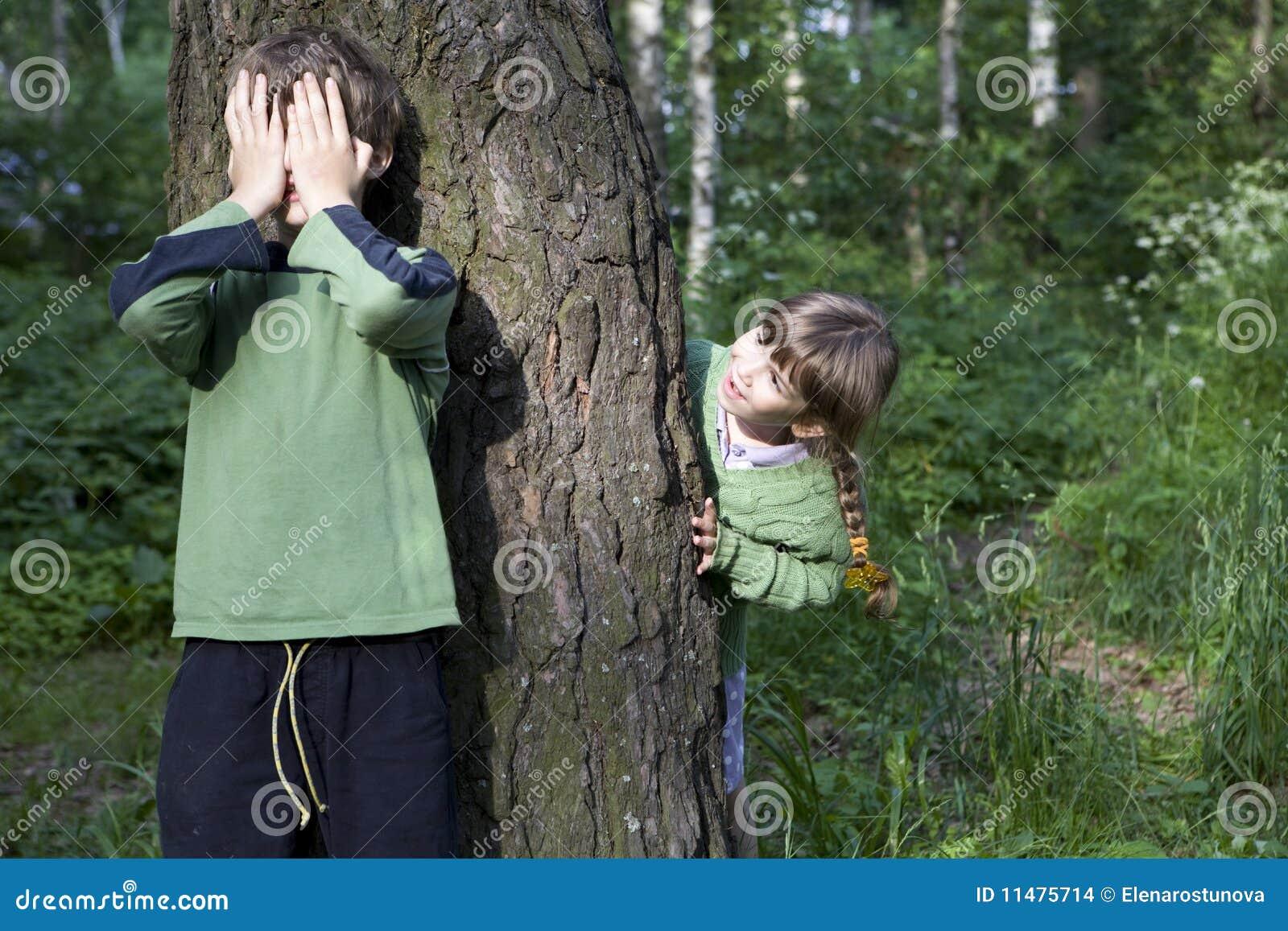 С сестрой в лесу 11 фотография