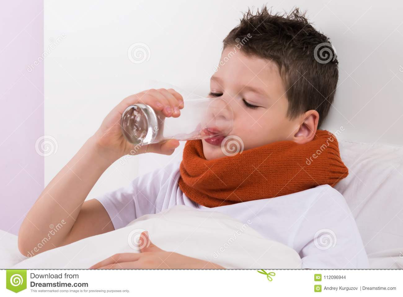 The boy in the crib drinks water from the glass, the doctors recommendations in case of illness
