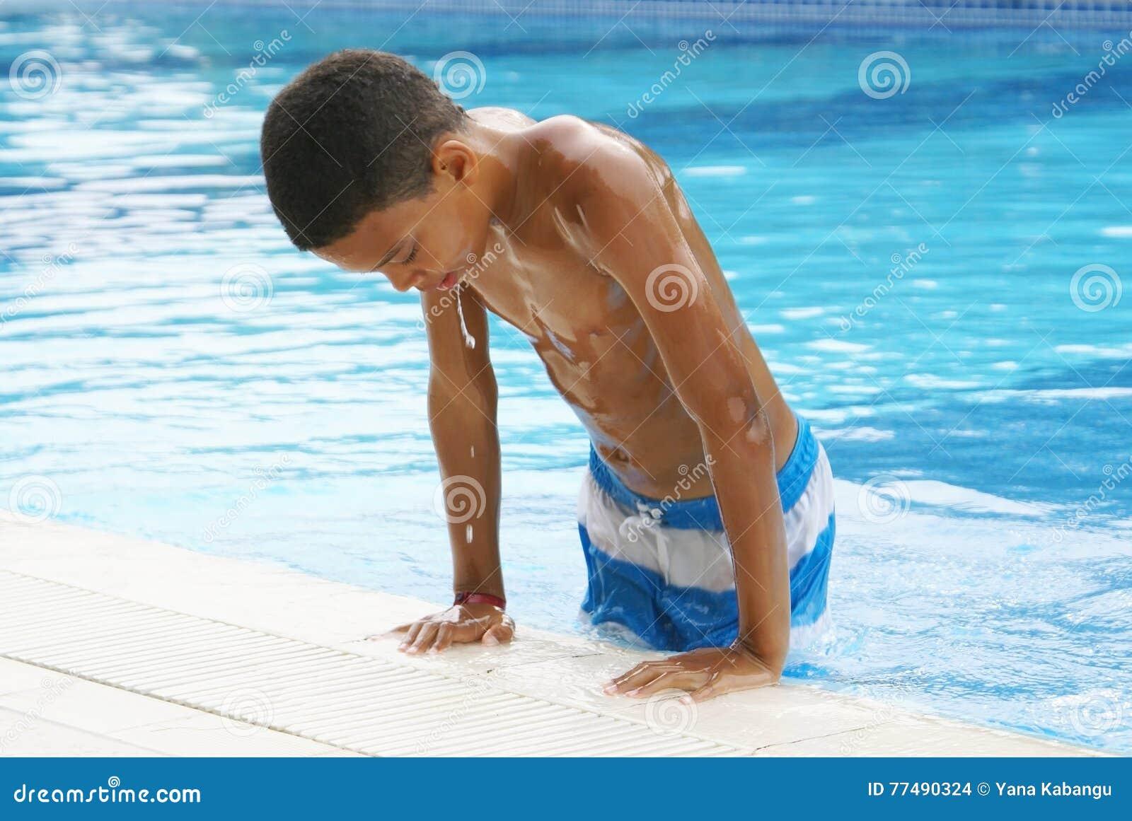 Boy dans la piscine