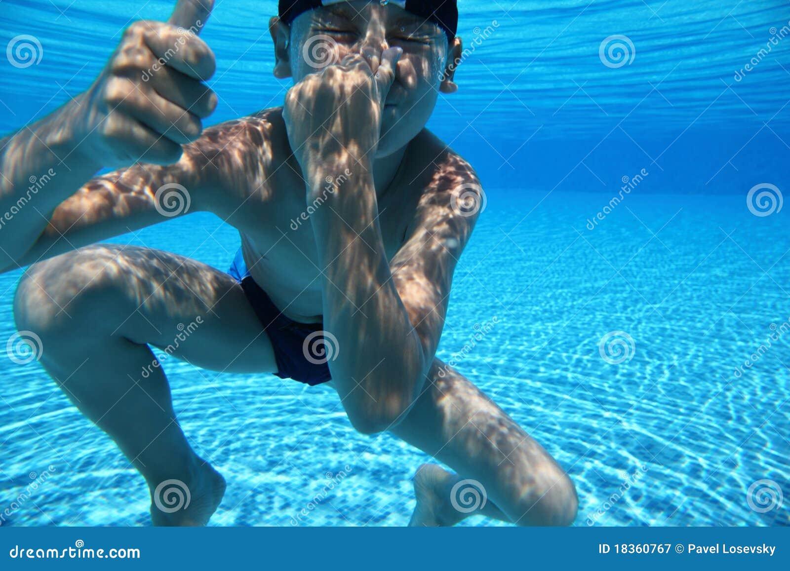 С мальчиком у бассейна 24 фотография