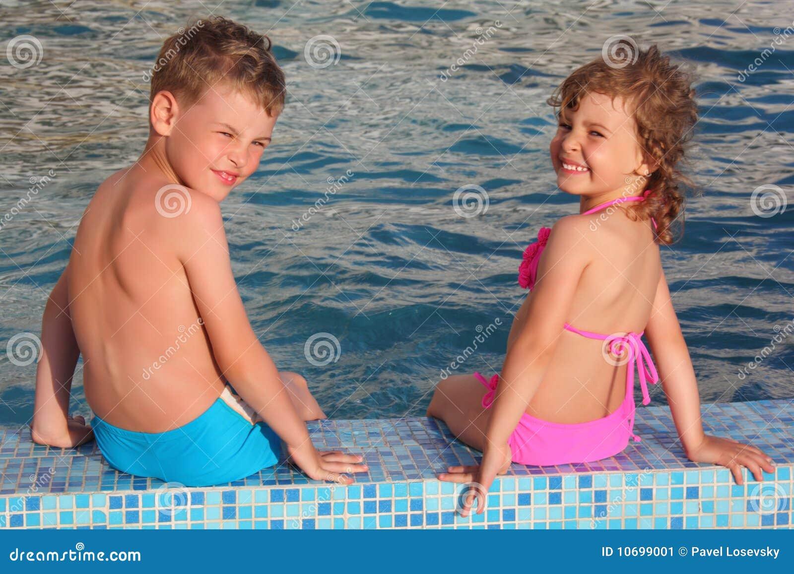 С мальчиком у бассейна 8 фотография