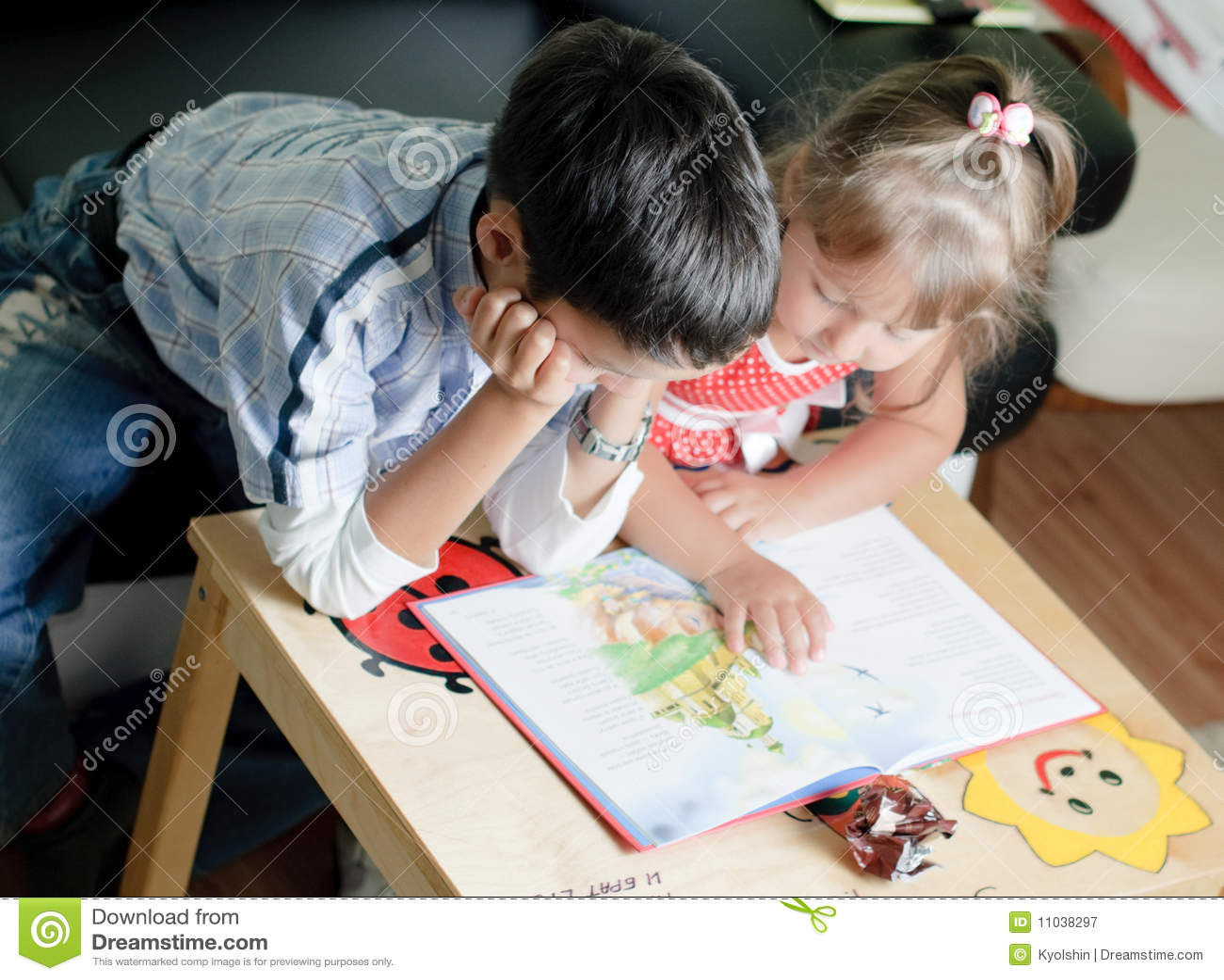 Сестра читала книгу а брат трахнул ее 21 фотография