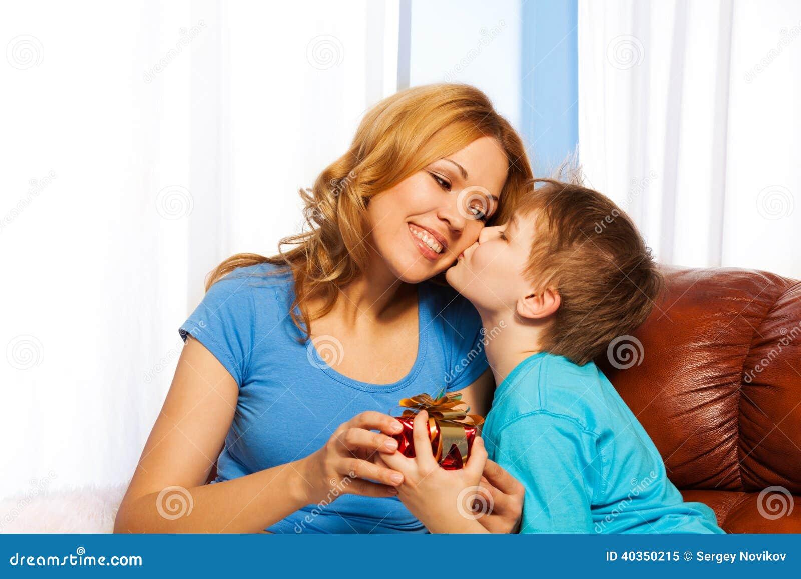 Сын чмокнул свою мать, Сын ебёт маму -видео. Смотреть сын ебёт маму 23 фотография