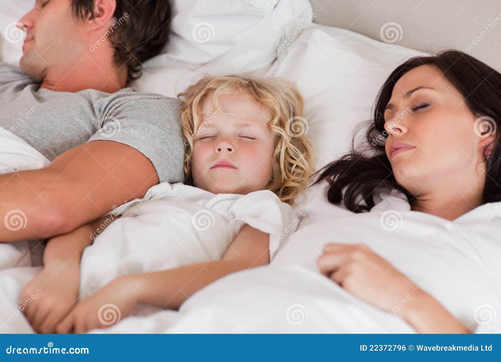 Родители и спящая дочь 18 фотография