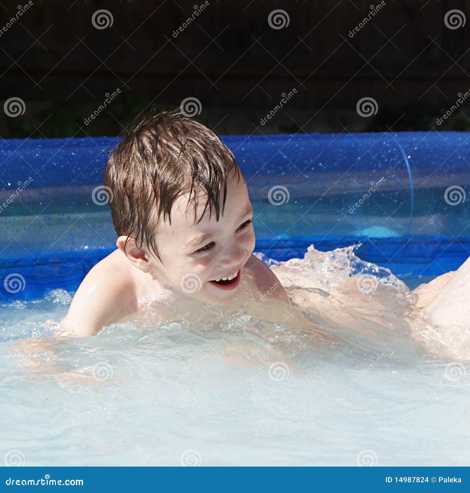 С мальчиком у бассейна 21 фотография