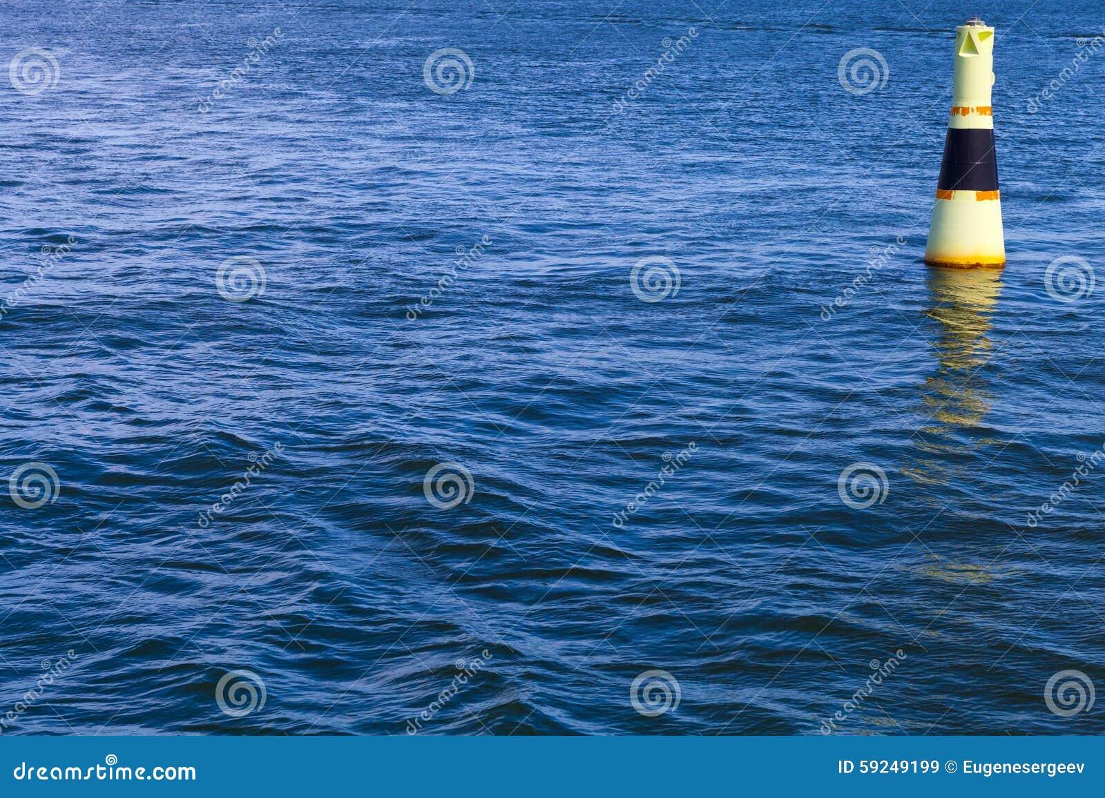 Boya moderna amarilla de la navegación con la raya negra