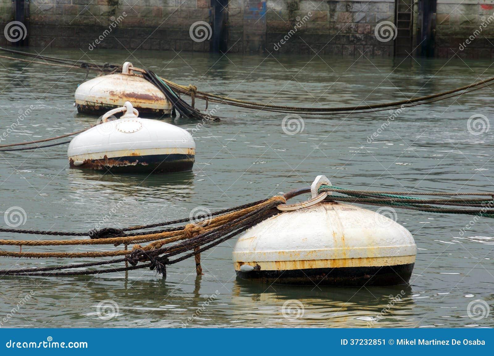 Boyas oxidadas en agua del puerto