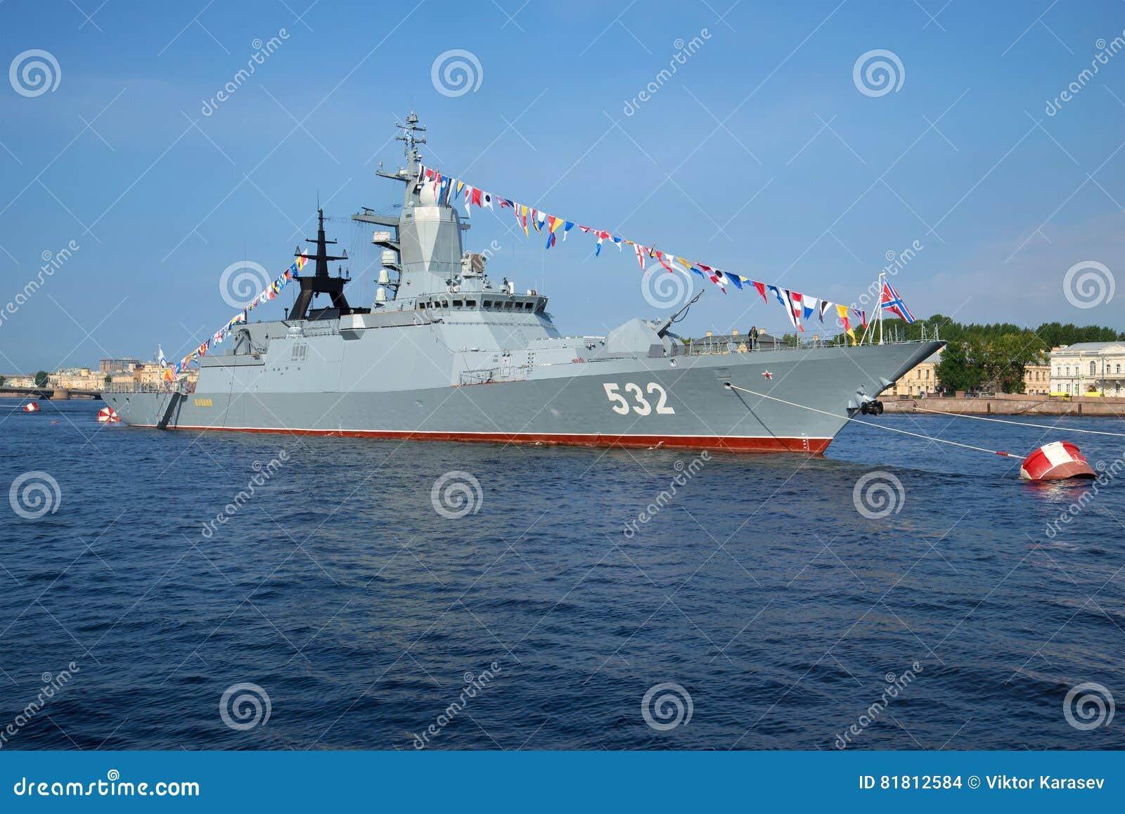 ` Boykiy ` Корвета ракеты в реке Neva на торжестве Дня ВОЕННО-МОРСКОГО Флотаа в Санкт-Петербурге