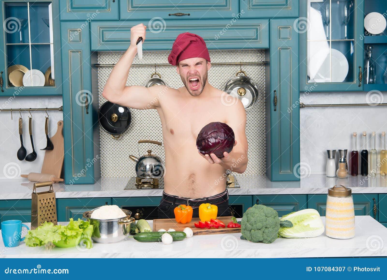 Boze mensenchef-kok met het sexy mes van de torsosteek bij kool