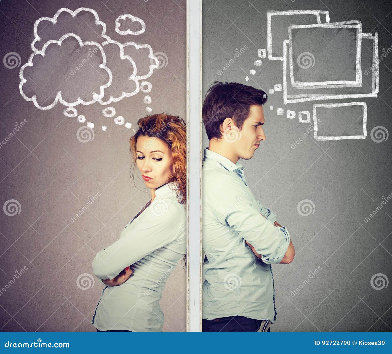 Boze paar nadenkende die man en vrouw door muur wordt gescheiden