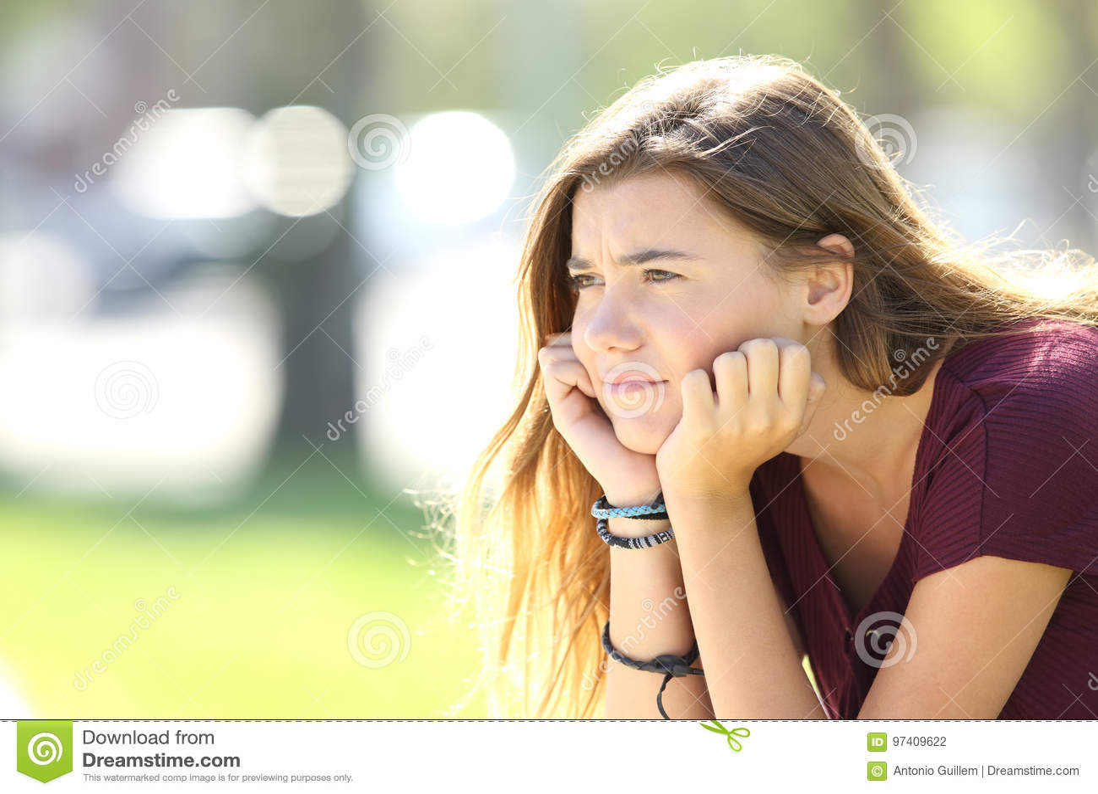 Boze tiener die weg in de straat kijken