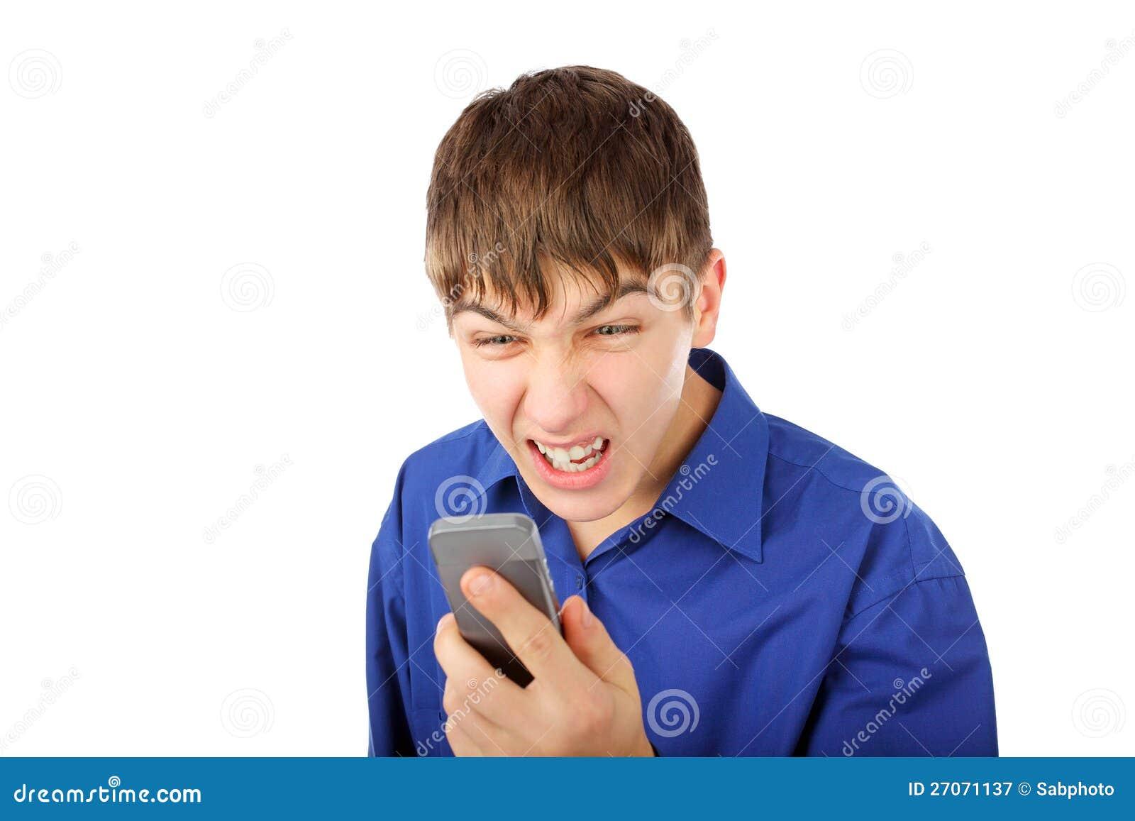 Boze tiener met telefoon