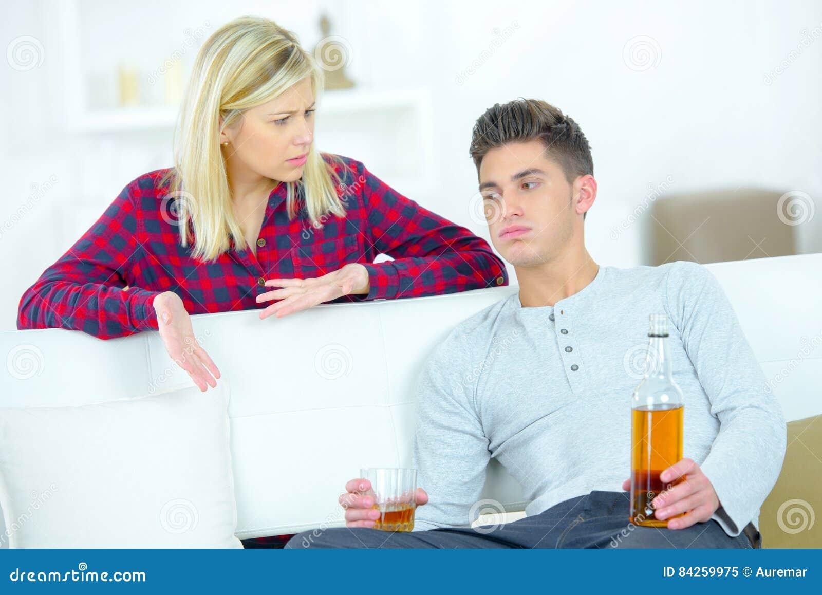 Boze vrouw die gedronken vriend