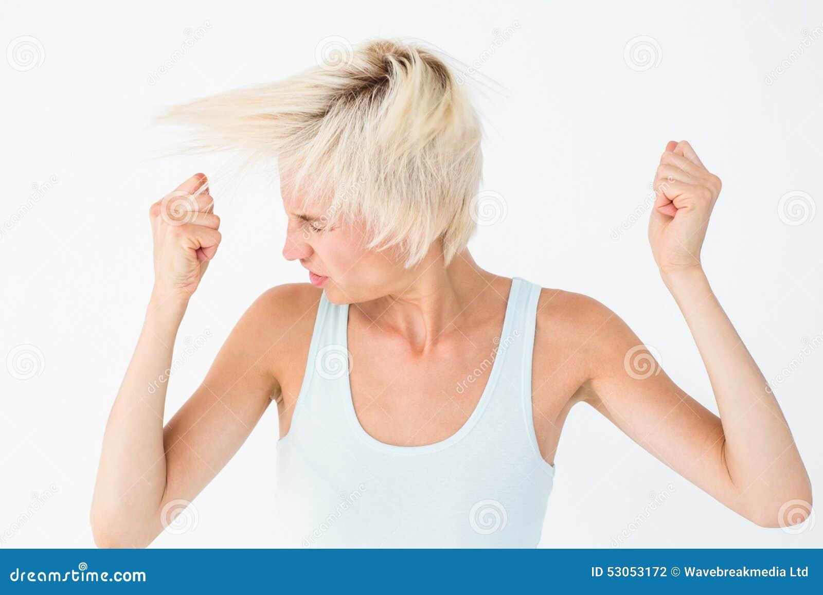 Boze vrouw die haar hoofd schudden