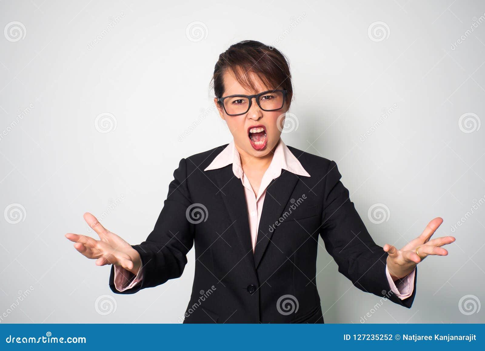 Boze vrouw Vooruit schreeuwend en houdend handen Emotionele portr