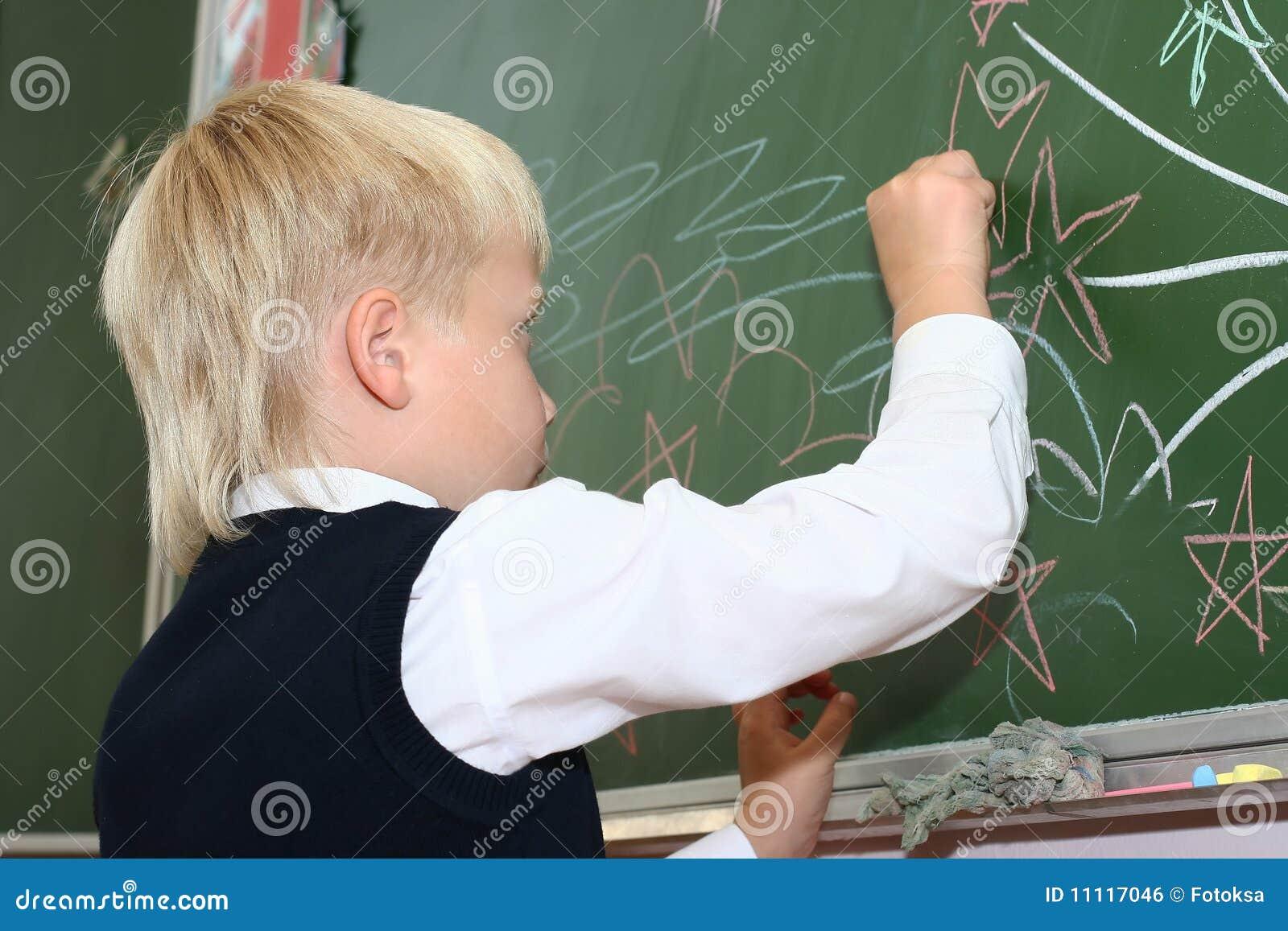 Brädet tecknar skolaschoolboyen