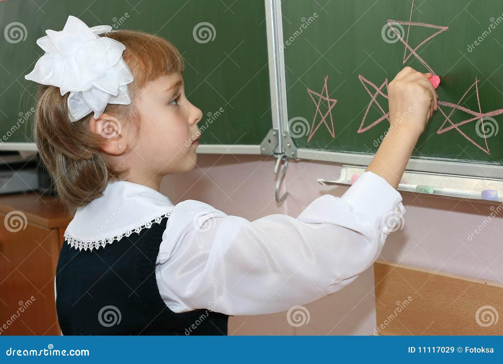 Brädet tecknar skolaschoolgirlen