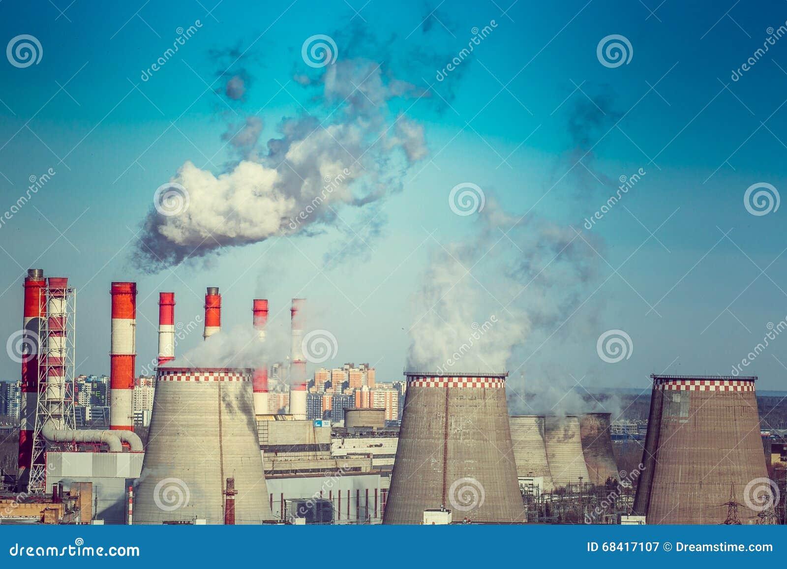 Bränna till kol den avfyrade kraftverket med att kyla torn som släpper ånga in i atmosfär