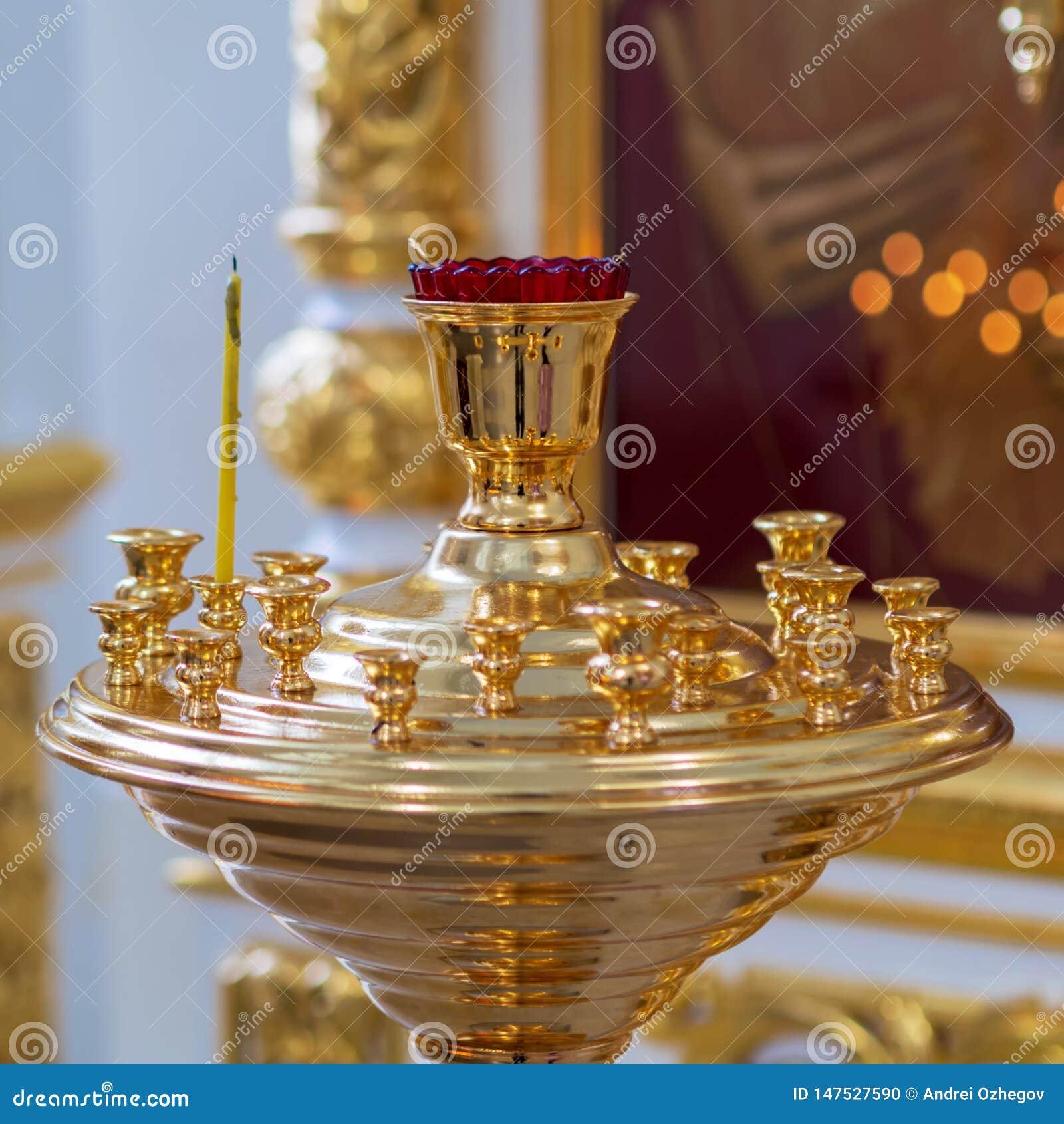 Brännande kyrkliga stearinljus på en ljusstake