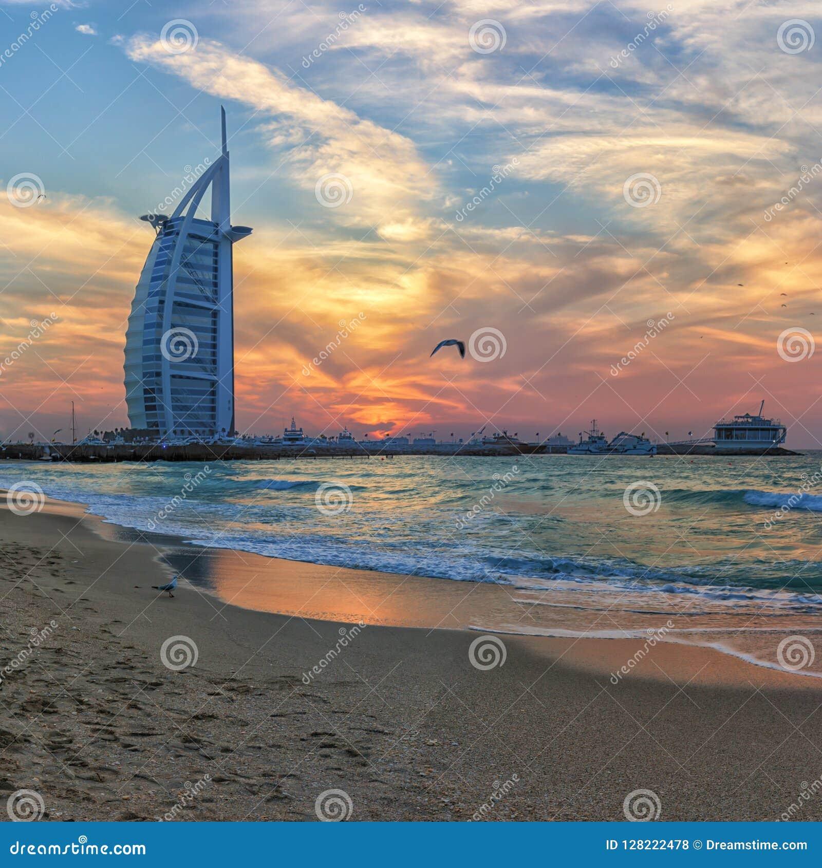 Brännhet solnedgång i Dubai