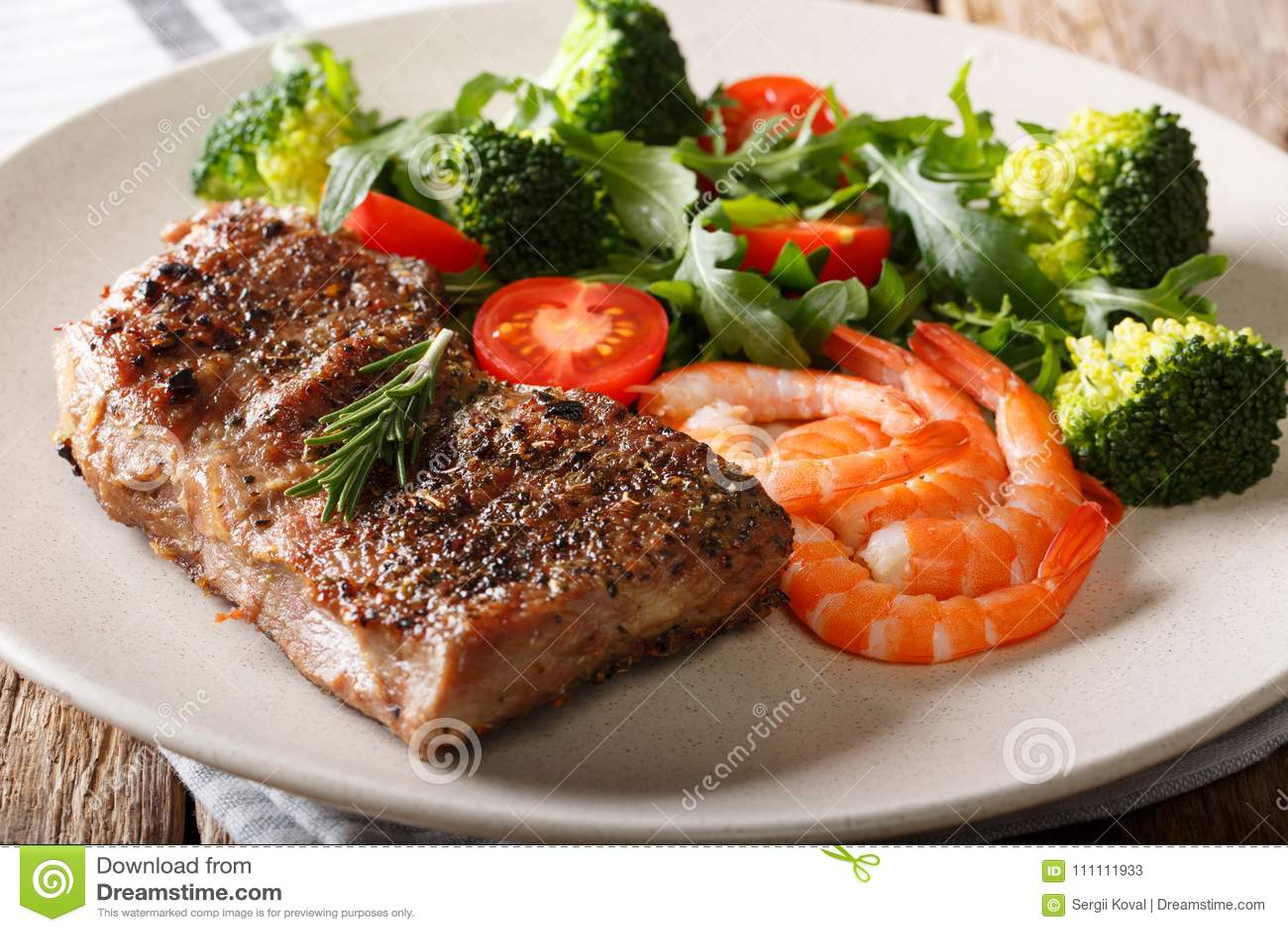 Bränning och torva Nötköttbiff med kungliga räkor och nya grönsaker