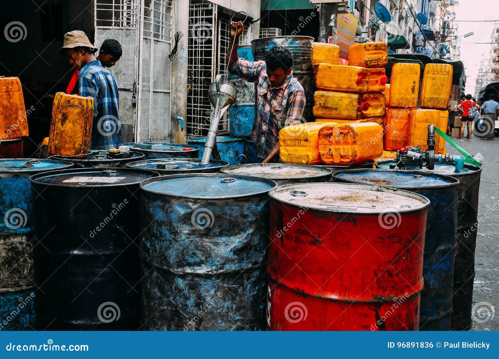 Bränslevalsar som är fyllda in Yangon