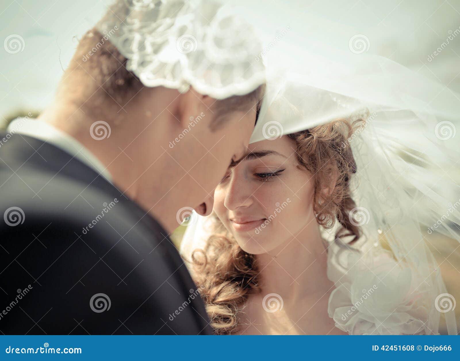 Bräute und der Bräutigam unter einem Schleier
