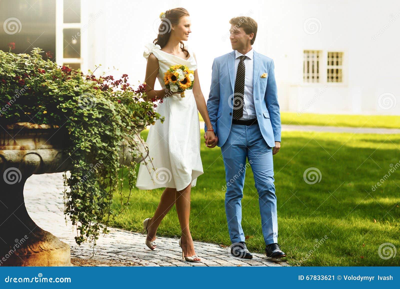 bräutigam im blauen anzug und in einer braut in einem weißen