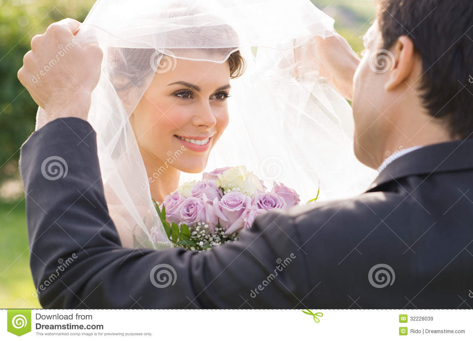 Bräutigam Looking At Bride mit Liebe