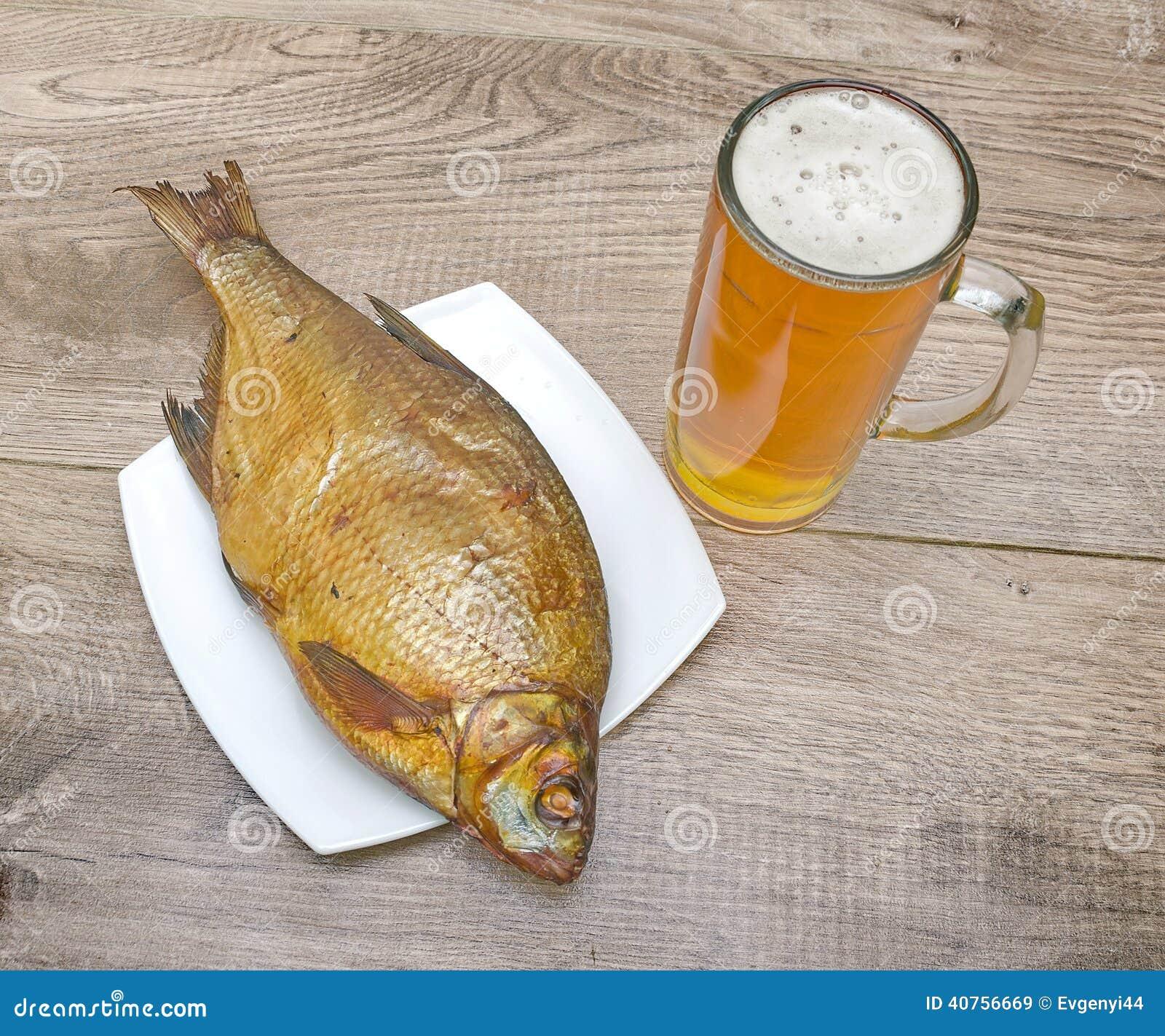 Br me fum e et un verre de bi re sur une table en bois for Position des verres sur une table