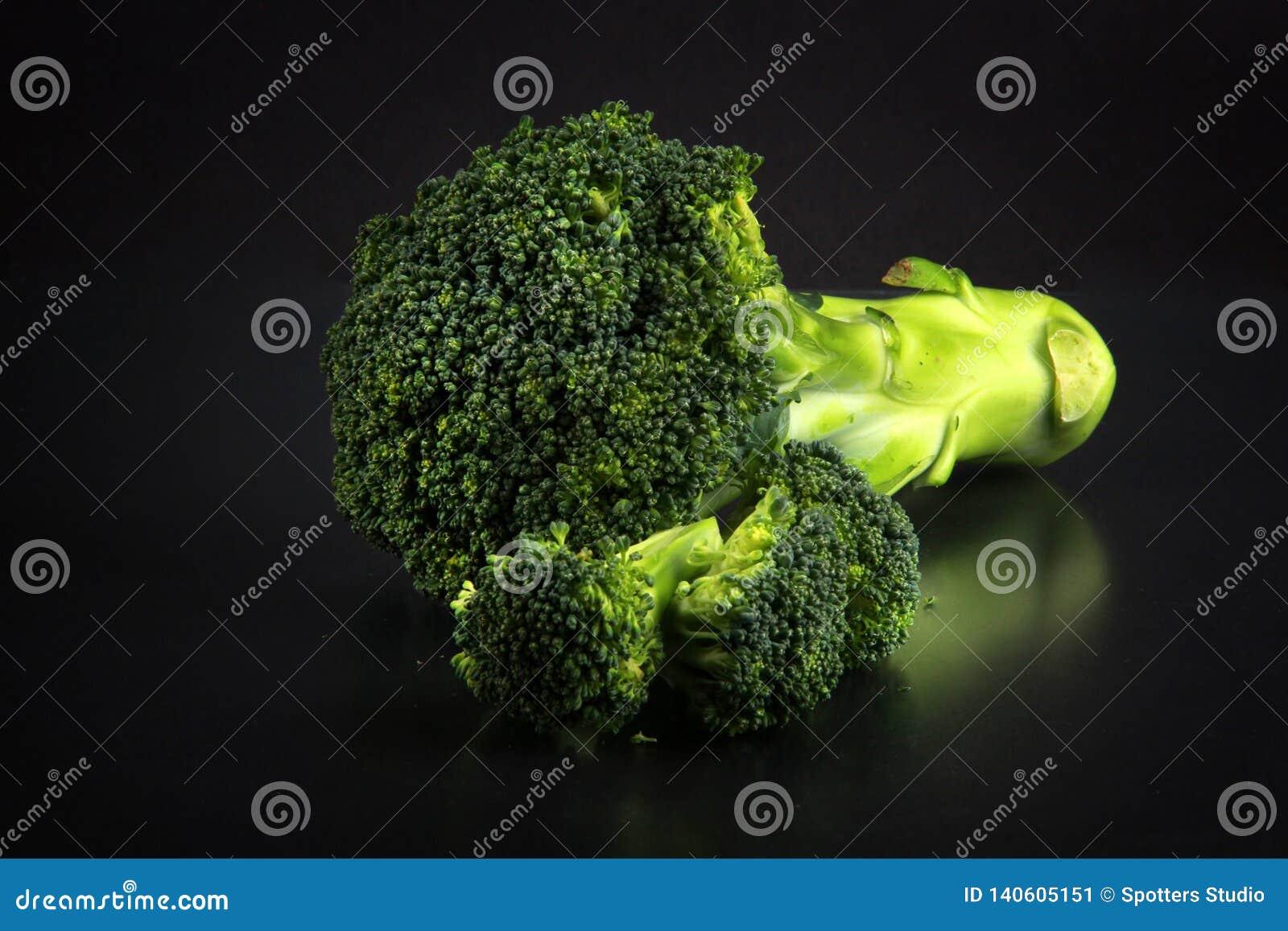 Bróculi fresco con un fondo negro